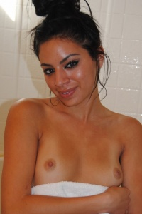 Kelly Gets Wet In The Shower - Picture 16